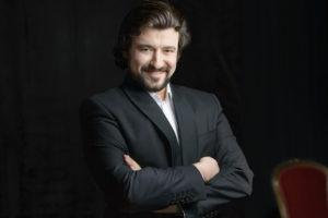 Foto mit dem Tenor Dmitry Ivanchey, einer der Solisten im 2. Sinfoniekonzert (Foto: Saad Hamza)