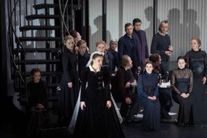 Olesya Golovneva (Maria Stuarda), Chor der Deutschen Oper am Rhein FOTO: Monika Rittershaus
