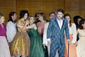 Ileana Mateescu (Olga), Emily Newton (Tatjana), Thomas Paul (Lenskij), Chor der Oper Dortmund ©Anke Sundermeier, Stage Picture