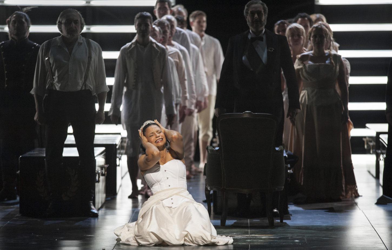 Oper am Rhein/AIDA/ VORNE: Morenike Fadayomi (Aida) HINTEN: Boris Statsenko (Amonasro), Thorsten Grümbel (Il Re), Chor der Deutschen Oper am Rhein, Extrachor FOTO: Matthias Jung