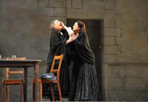 Deutsche Oper am Rhein/Cavalleri rusticana - Cornelia Berger (Lucia), Jeanne Piland (Santuzza) FOTO Hans Jörg Michel