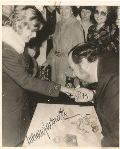 Autorin Birgit Kleinfeld mit Herrn L. Pavarotti ( Hamburg 1972)