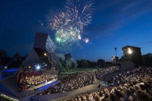 Sommernachtsgala in Grafenegg /Bühne und Zuschauer bei Feuerwerk. Copyright: ZDF/ORF/Thomas Jantzen