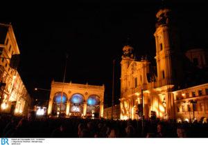 Blick auf den Odeonsplatz bei Nacht mit Bühne und Besuchern. Copyright: ZDF/BR/Michael Heeg
