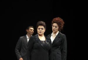 Theater Aachen/MariaStuarda: Irina Popova, Julia Mintzer - im Hintergrund Alexey Sayapin/Foto @ Wil van Iersel