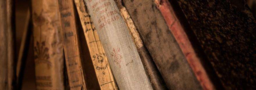 Vieux livres sur une étagère.