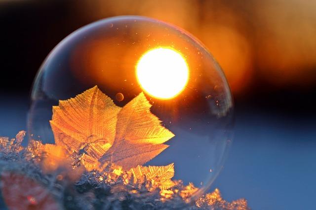 Photo d'une bulle, ambiance orangée de coucher de soleil, un peu mystérieuse.