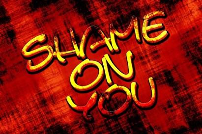 """""""Shame on you"""", écrit en jaune sur un fond noir et rouge."""