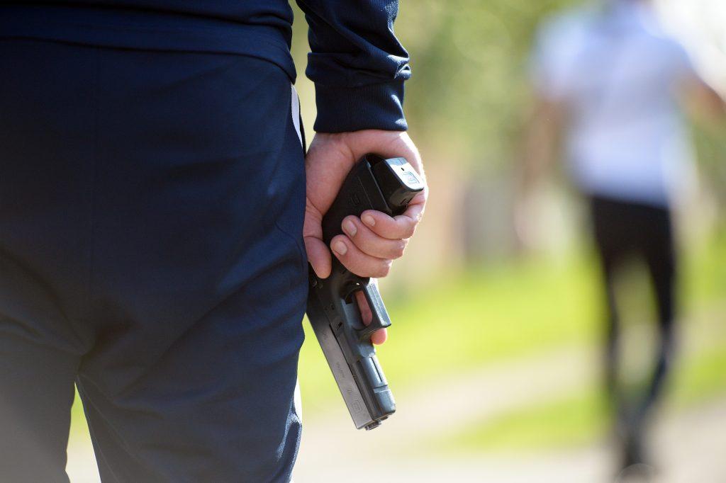 Un jandarm a luat pistolul unui poliţist și a tras un cartuș. Ambii sunt anchetați