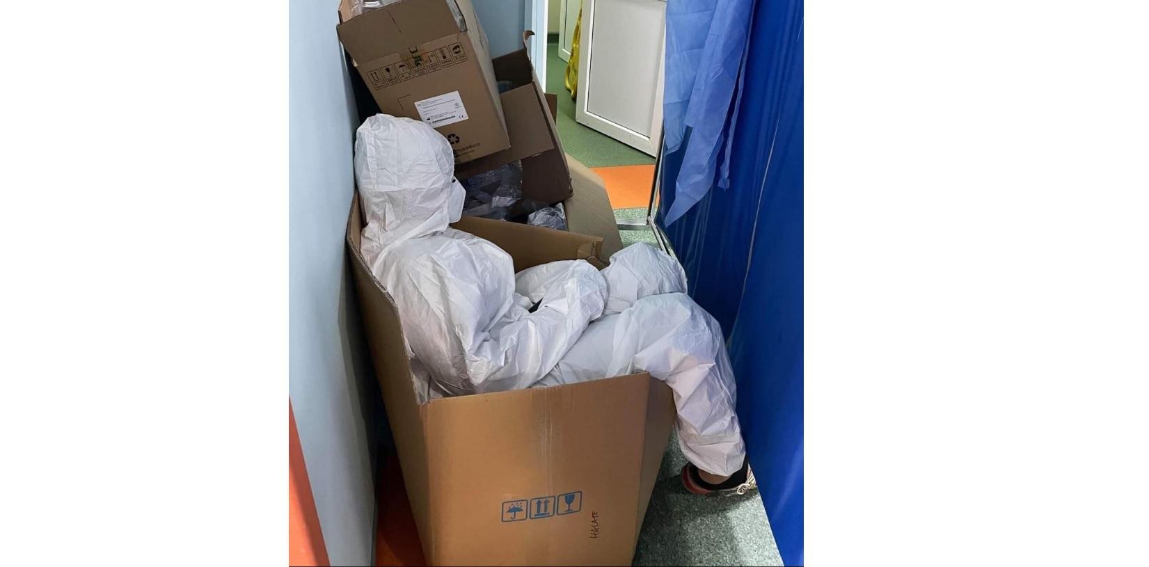 FOTO. Lupta cadrelor medicale cu oboseala: O asistentă se odihnește într-o cutie, pentru că toate paturile și scaunele din spital sunt ocupate