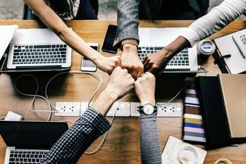 Poings unis pour signifier un engagement