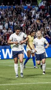 Valérie Gauvin et Eugénie Le Sommer célébrant un but des Bleues