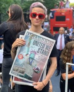 Megan Rapinoe tenant un numéro du Daily News, lors de la présentation du trophée de la coupe du monde à New York