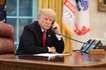 Donald Trump passant un coup de fil dans le Bureau Ovale à la Maison Blanche
