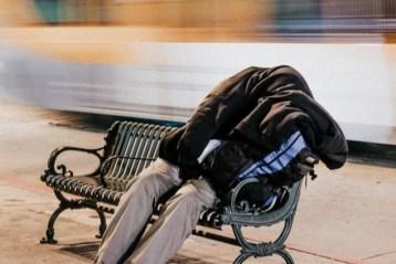 Les travailleurs précaires sont généralement des hommes, âgés en moyenne de 46 ans