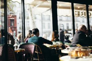 Des personnes dans un restaurant parisien.