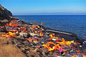 Boten en zwemvesten van vluchtelingen op Lesbos