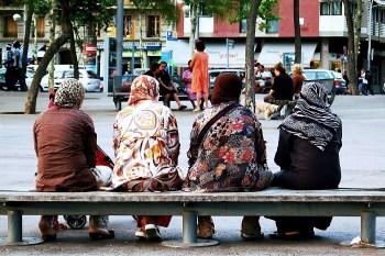Moslimvrouwen op een Europees plein