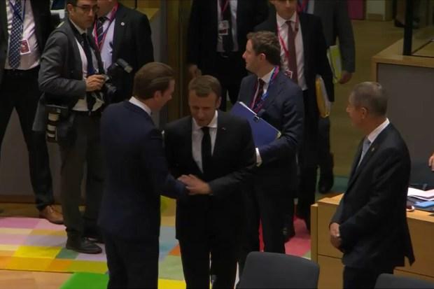 Sebastian Kurz (premier Oostenrijk) en Emmanuel Macron (president Frankrijk) begroeten elkaar op de Europese Raad van 28 juni 2018.