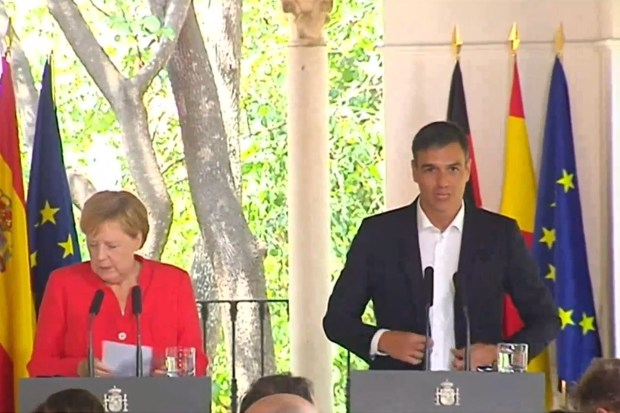 De Duitse Bundeskanzlerin Angela Merkel en de Spaanse premier Pedro Sanchez op hun gezamenlijke persoconferentie (11 augustus 2018).