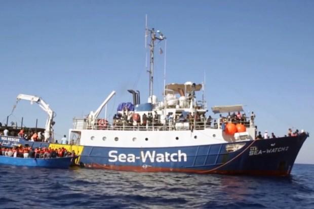 NGO-boot Sea-Watch haalt migranten op voor de Lybische kust.
