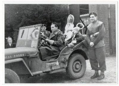 Poolse militairen bij de intocht van Sinterklaas in Breda (1944).