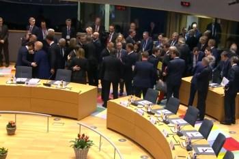 Regeringsleiders begroeten elkaar op de EU-Top van 25 november 2018.