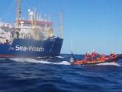 Bootvluchtelingen worden voor de kust van Libië opgehaald door NGO-schip Sea Watch 3.