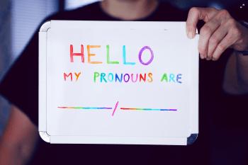 Titelfoto artikel OpinieZ Woke Donderdag - Van #PronounsDay tot Niet-Prostaatbezitter