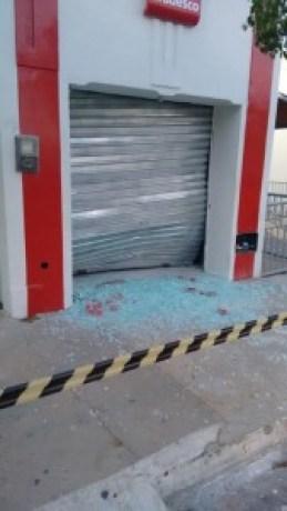 Bradesco-169x300 Bandidos explodem Bradesco e Correios de Camalaú