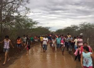 """pro-300x218 Fiéis realizam """"Procissão do Menino Deus"""" durante chuva na região do Cariri"""