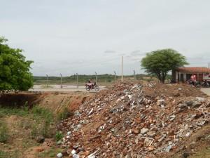 20160125153435-300x225 Mato, lixo e esgotos a céu aberto mostram descaso da Gestão do Prefeito Junior Nobrega no município da Prata, no Cariri