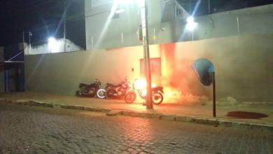 Homem ateia fogo à própria moto emfrente a cadeia publica de Monteiro 5