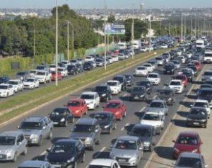 Carros-310x245-300x237 Uso do farol baixo durante o dia será obrigatório em rodovias a partir de sexta