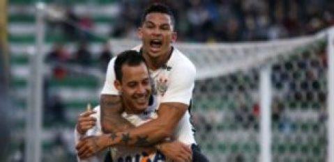 rodriguinho-e-luciano-comemoram-gol-do-corinthians-contra-a-chapecoense-1468100987976_615x300-300x146 Corinthians vence a Chapecoense por 2 a 0 e acirra a disputa pela liderança