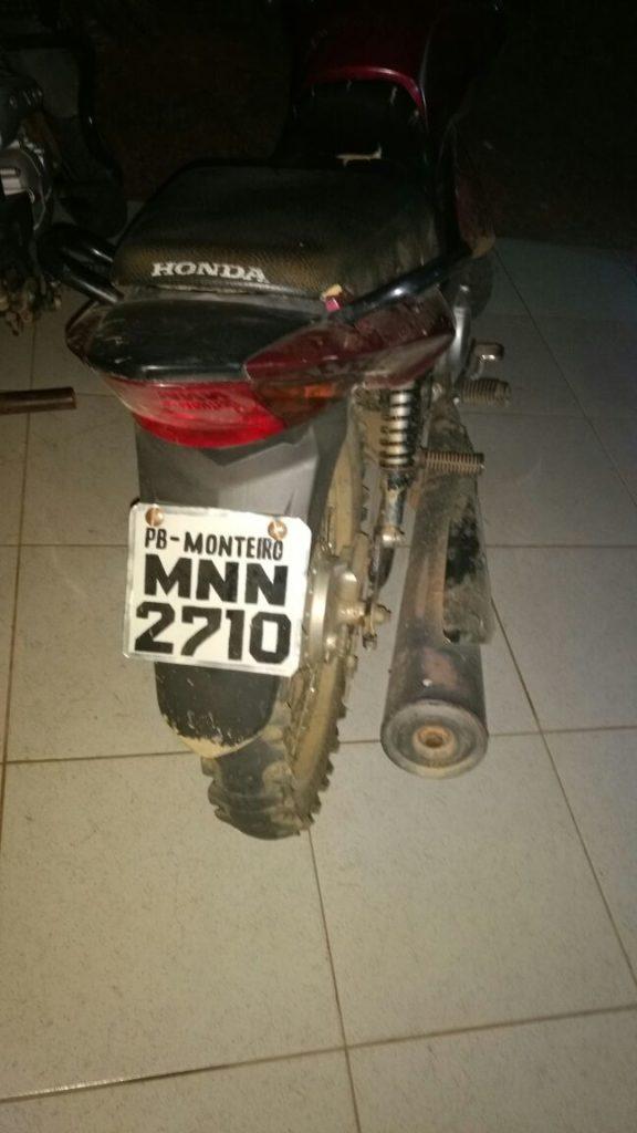 3d9a69e8-ba38-4e73-bc7d-ad022418796b-576x1024 Em Monteiro, moto com placa adulterada é apreendida