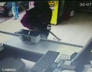 Enxada-310x241-300x233 Homem assalta padaria armado com enxada e leva R$ 200 no roubo