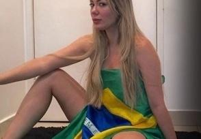 Musa das manifestações posa nua com bandeira e comemora queda de Dilma 2