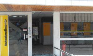 """17457093080009305600000-300x181 Criminosos usam """"escudo humano"""" para fugir após tentar assaltar banco em Sertânia"""