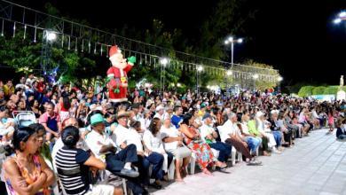 """Centenas de pessoas prestigiam """"Chegada de Papai Noel"""" em Monteiro 4"""
