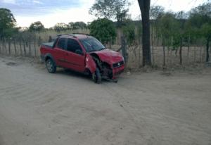 239c5227-b57e-4c94-b692-1c8f4a5d9ff8-Copy-300x206 Em Monteiro: Homem perde o controle do carro e bate em árvore