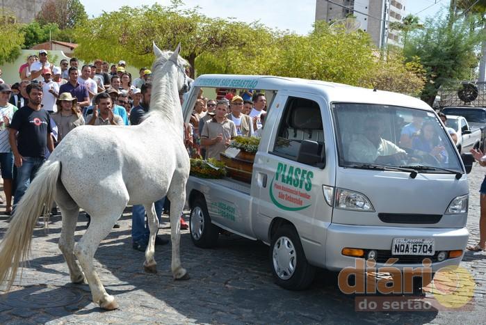 cavalo-2 Cavalo se despede do dono morto em acidente e comove velório