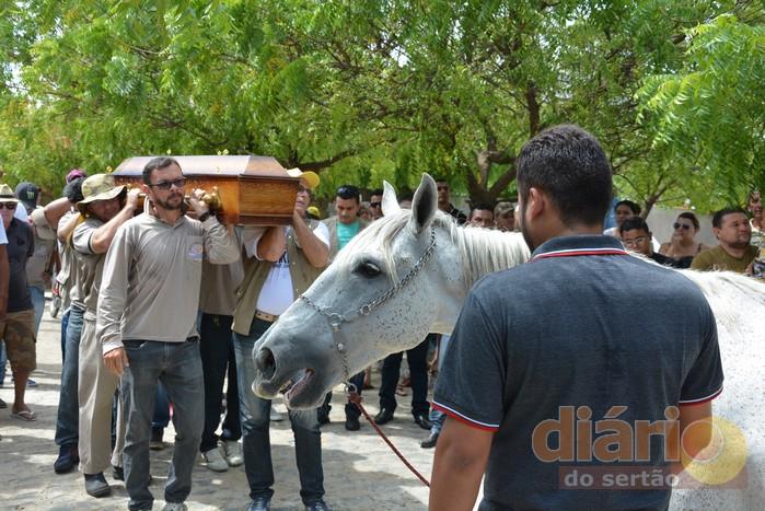 cavalo-3 Cavalo se despede do dono morto em acidente e comove velório