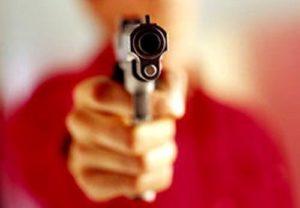 tiro-300x208 Homem tenta assaltar ônibus e morre após passageiro tomar arma e atirar