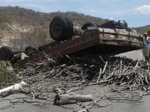 17340236280003622710000-300x225 Caminhão carregado de lenha capota e interdita estrada na Paraíba