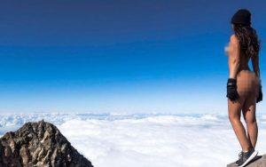 Modelo atrai ira de maoris com foto nua em montanha 2