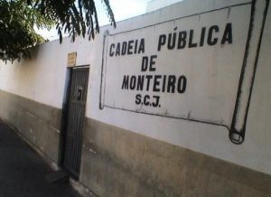 01072017124821-1-300x218 'Operação Pente Fino' apreende  celulares e armas na Cadeia de Monteiro