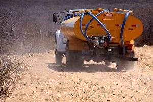 carro_pipa-1-300x200 Agricultores reclamam da falta de abastecimento da Operação Carro-Pipa do Exército na Zona Rural de Monteiro.