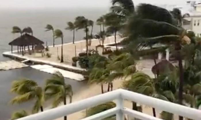 x71552989_Palm-trees-sway-as-strong-wind-blows-in-Key-Largo-Florida-US-September-9-2017-in-this-s.jpg.pagespeed.ic_.ozubiJJ6WQ Furacão Irma chegou à Flórida com rajadas com mais de 200 quilômetros
