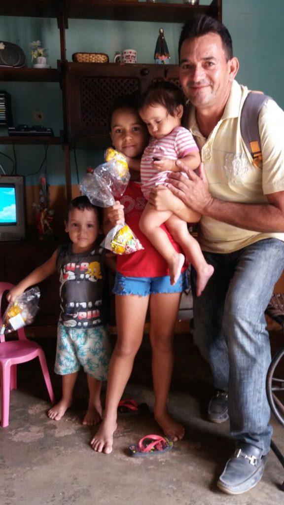 6d11c3f3-c3b4-42a2-8b63-70bc666bf3ad-576x1024 Em comemoração ao dia das crianças, Vereador VALDO CACHIADO distribuiu balas, pipocas, pirulitos, chocolates e lembrancinhas para as crianças em Amparo